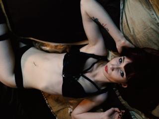 Photo de profil sexy du modèle CarolineForU, pour un live show webcam très hot !