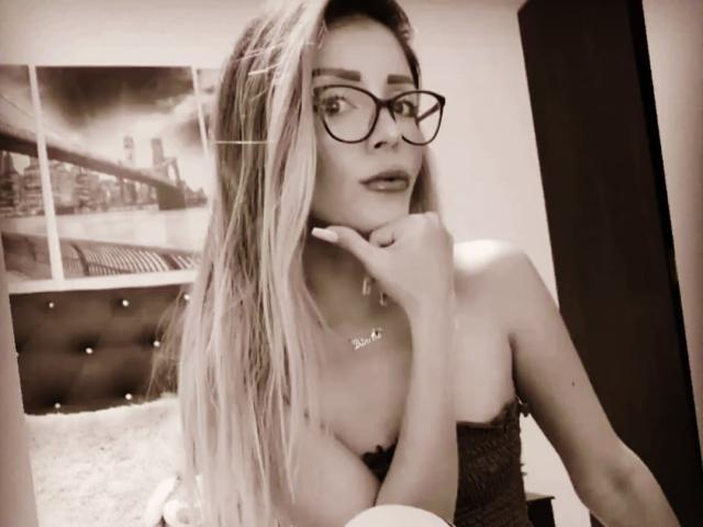Photo de profil sexy du modèle PrettyAndrea, pour un live show webcam très hot !
