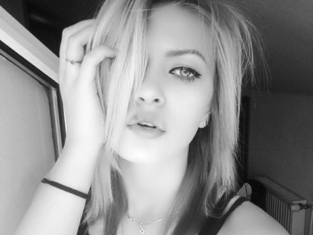 Web cam erotic with RiaGlow, a well built European shaved